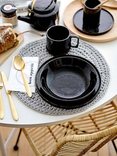 Serveware, Dishware, Tableware, Table, Cuisine, Drinkware, Finger food, Kitchen utensil, Plate, Baked goods,