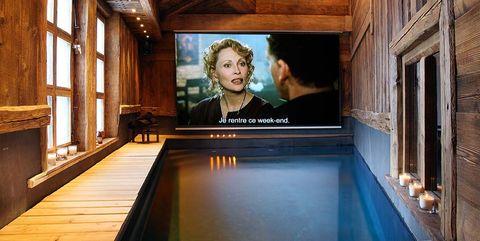 Piscina interior con televisor