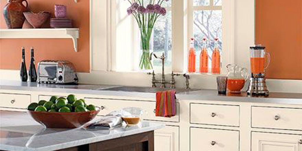 Cocina de color naranja y blanco