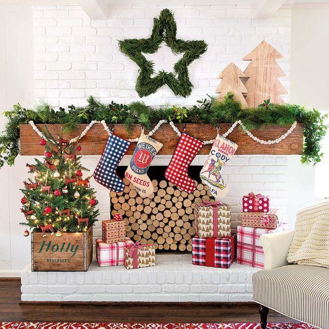 chimenea con regalos de navidad