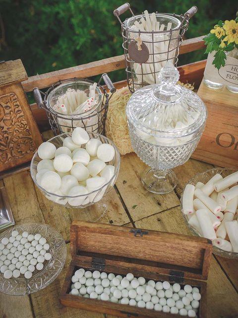 Flowerpot, Serveware, Home accessories, Natural material, Basket, Vase, Centrepiece, Wicker, Houseplant, Cut flowers,
