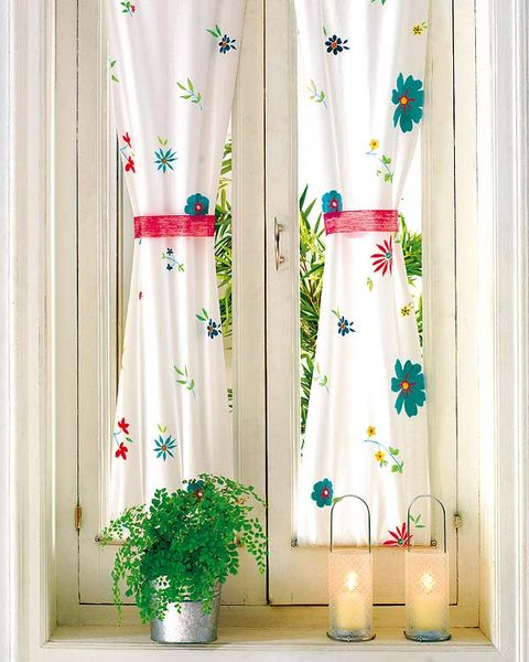 Flowerpot, Textile, Interior design, Fixture, Interior design, Houseplant, Plant stem, Window treatment, Creative arts, Floral design,