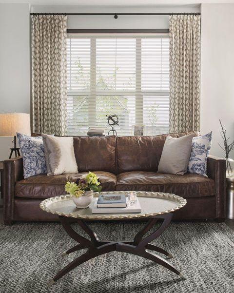 salón con sofá de piel marrón