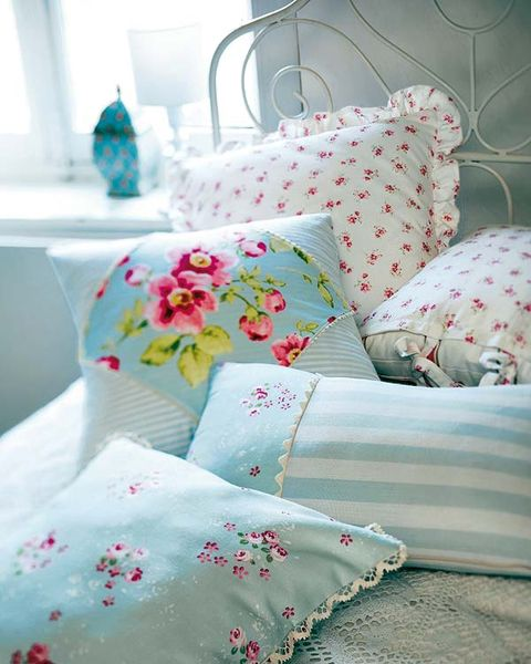 Room, Textile, Pink, Interior design, Cushion, Throw pillow, Turquoise, Pattern, Petal, Teal,