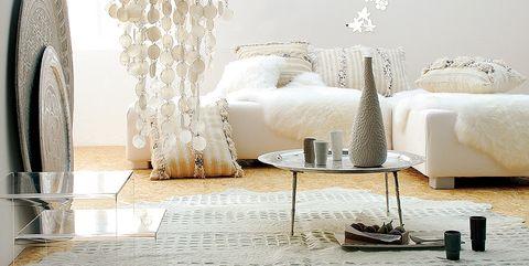 Salón blanco con mesa estilo marroquí