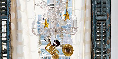 Tablecloth, Serveware, Interior design, Glass, Room, Table, Linens, Dishware, Stemware, Home accessories,