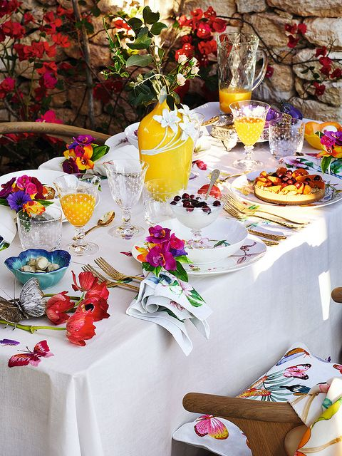 Tablecloth, Petal, Textile, Serveware, Dishware, Sweetness, Linens, Cut flowers, Home accessories, Flower Arranging,