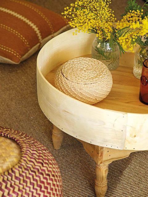 Flowerpot, Home accessories, Vase, Interior design, Wicker, Artifact, Natural material, Flower Arranging, Circle, Cut flowers,