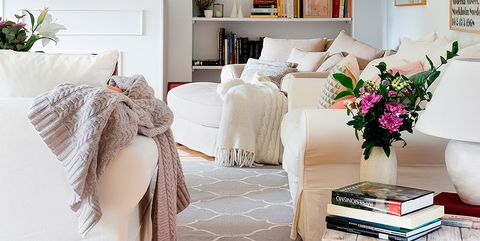 salón en tonos neutros con sofás confortables y chimenea