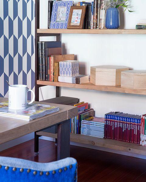 zona de escritorio con estantería de madera