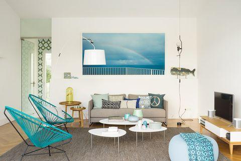 salón moderno con sofá gris y sillas acapulco