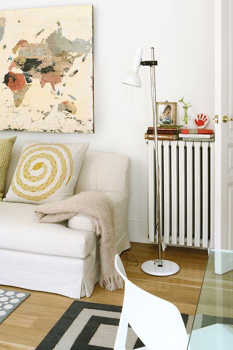 salón con sofá blanco
