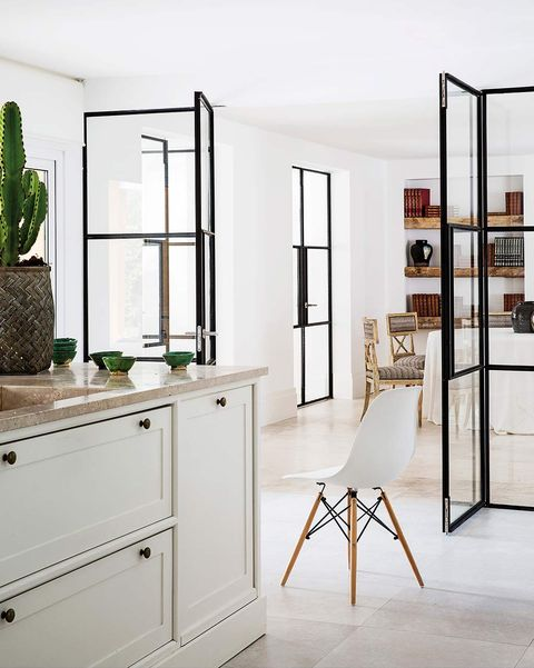 Cerramiento de cristal entre la cocina y el salón