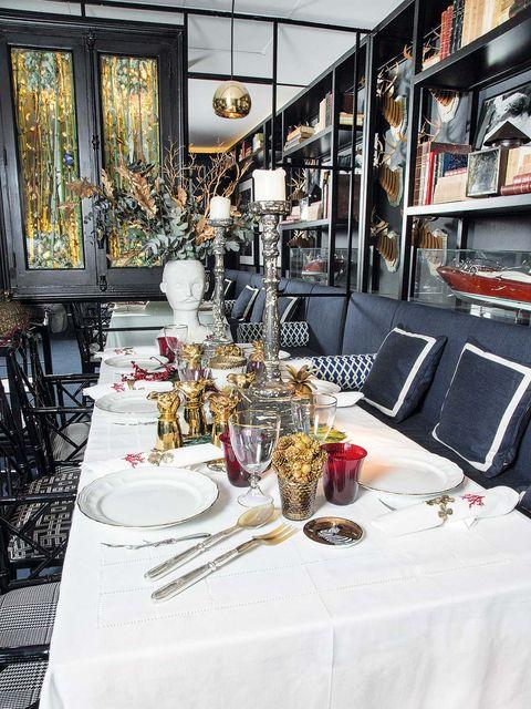 Tablecloth, Dishware, Textile, Table, Furniture, Glass, Stemware, Drinkware, Linens, Serveware,
