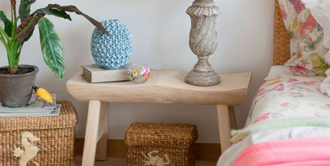 Dormitorio con muebles de madera natural