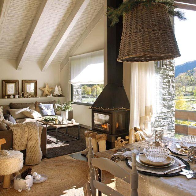 una cabaña en la montaña decorada para navidad