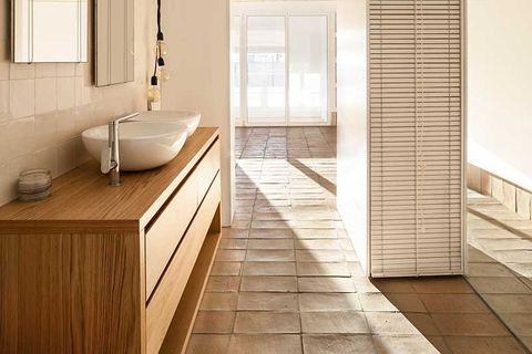 baño con suelo de gres rústico