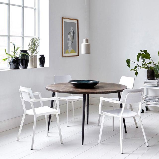 comedor blanco con mesa de madera oscura