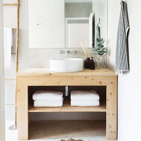baño con mueble de lavabo de madera