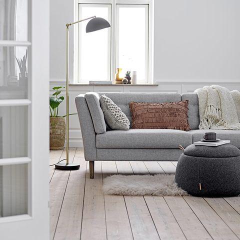 salón con sofá gris y suelo de madera
