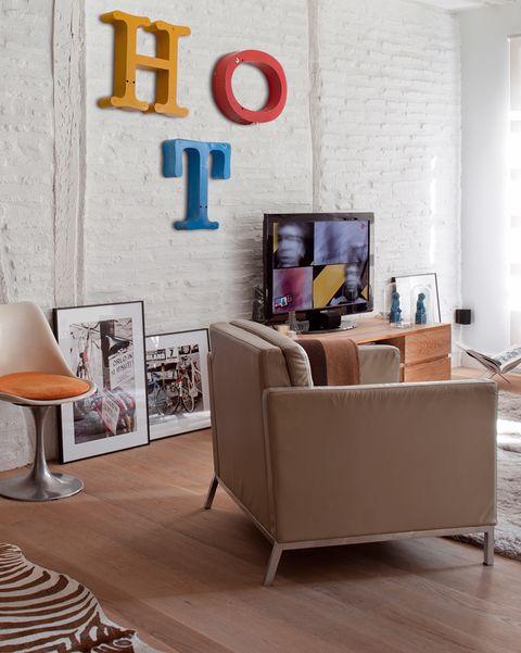 salon con pared de ladrillo y letras de madera en la pared