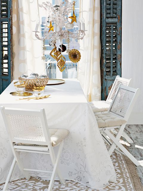 Tablecloth, Textile, Table, Furniture, Linens, Home accessories, Dishware, Centrepiece, Serveware, Dining room,