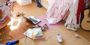 Dormitorio juvenil desordenado