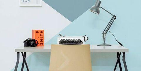 escritorio con paredes pintadas en azul