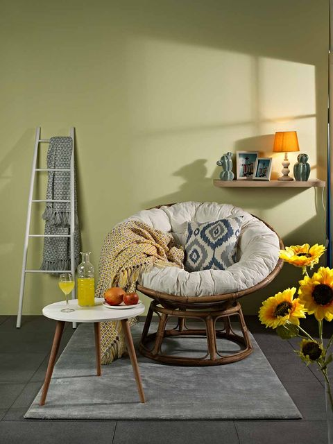 Room, Table, Furniture, Interior design, Petal, Coffee table, Sunflower, Shelf, Bouquet, Ladder,