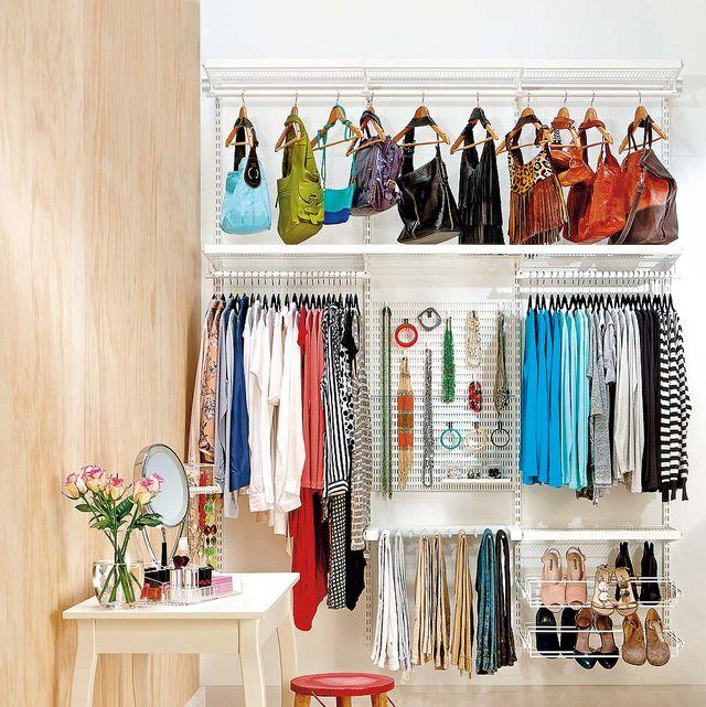 ordenar los bolsos en el armario
