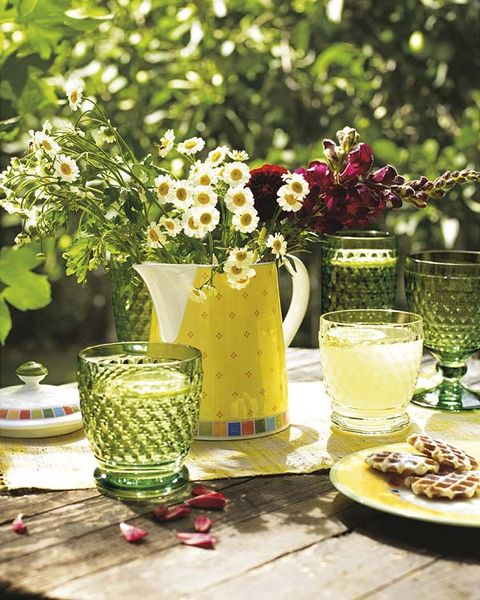 Serveware, Yellow, Petal, Bouquet, Table, Centrepiece, Dishware, Tableware, Artifact, Cut flowers,