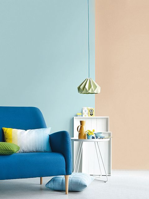 salón con las paredes en azul y beige