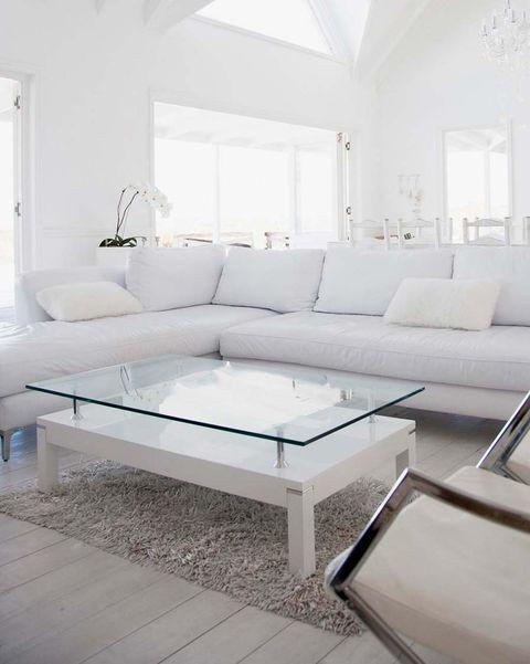 salón blanco con mesa de centro de cristal