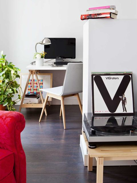 Wood, Display device, Floor, Flooring, Table, Furniture, Room, Interior design, Wood flooring, Hardwood,