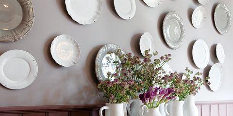 pared decorada con platos