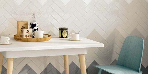 office con pared de azulejos en espiga