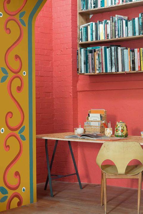 escritorio con paredes en rojo