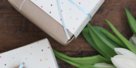 Petal, Floristry, Cardboard, Flower Arranging, Shipping box, Floral design, Cut flowers, Packing materials, Box, Lily family,
