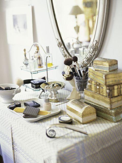 Tablecloth, Serveware, Dishware, Linens, Home accessories, Mirror, Trophy, Plumbing fixture, Brass, Kitchen utensil,