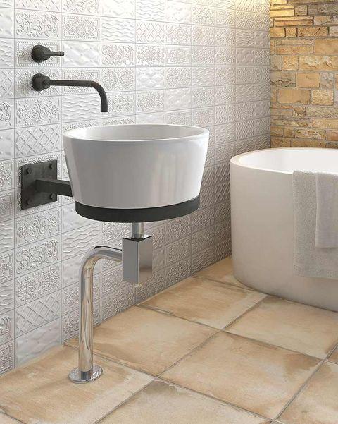 suelo con aspecto de barro en el baño