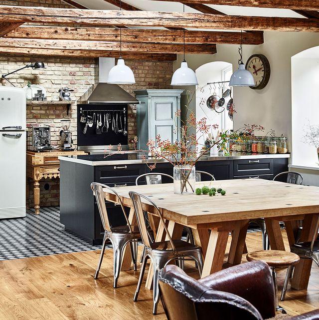 cocina abierta de estilo rústico industrial