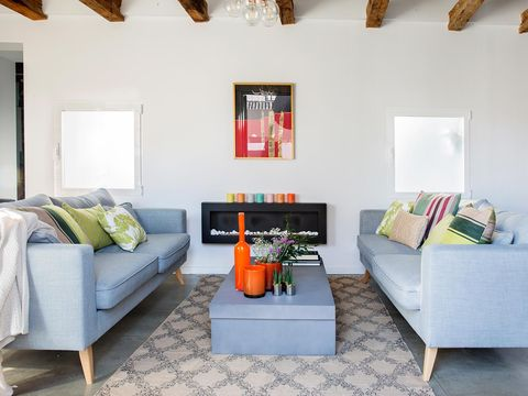 Salón simétrico con chimenea