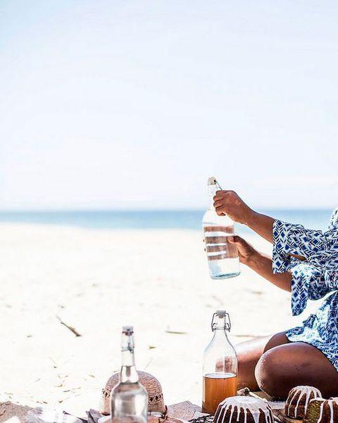 Hidratarse en la playa
