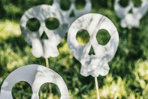 calaveras de papel para decorar el jardín en halloween