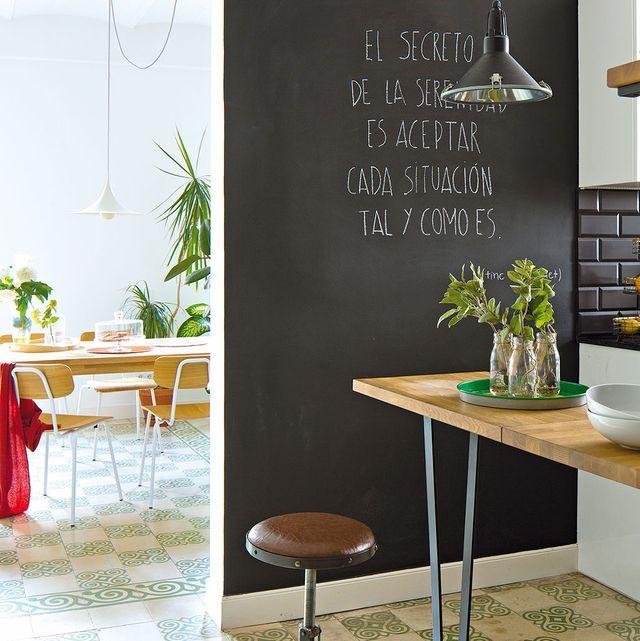 cocina y comedor con pared de pizarra