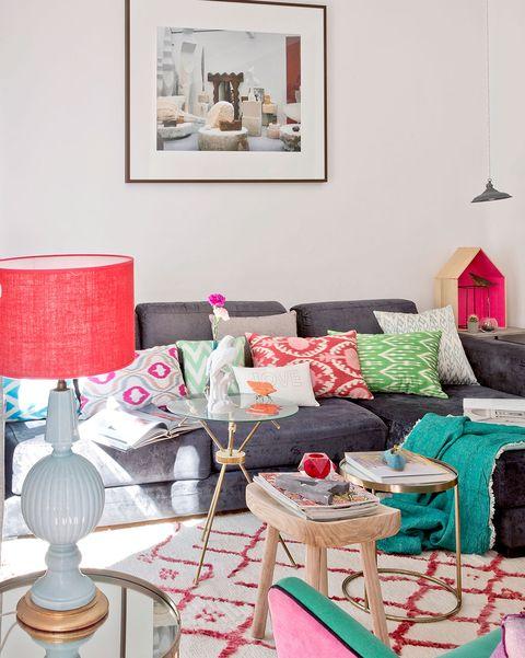 salón colorido con sofá gris