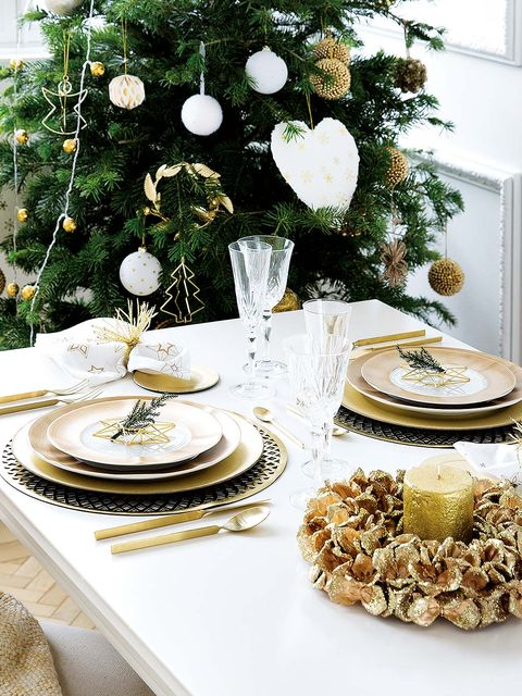 Serveware, Dishware, White, Porcelain, Tableware, Holiday, Christmas decoration, Plate, Interior design, Natural material,