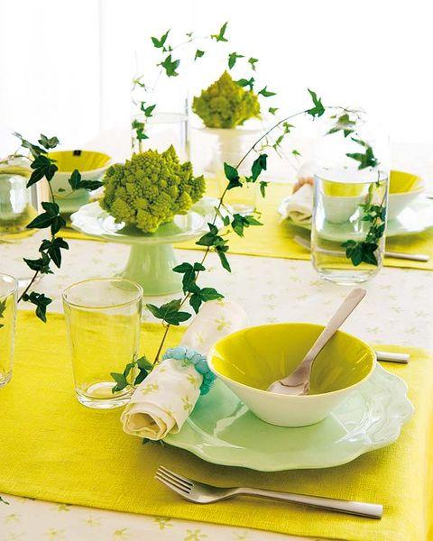 mesa puesta en colores amarillo y verde