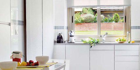 cocina blanca con ventana corredera