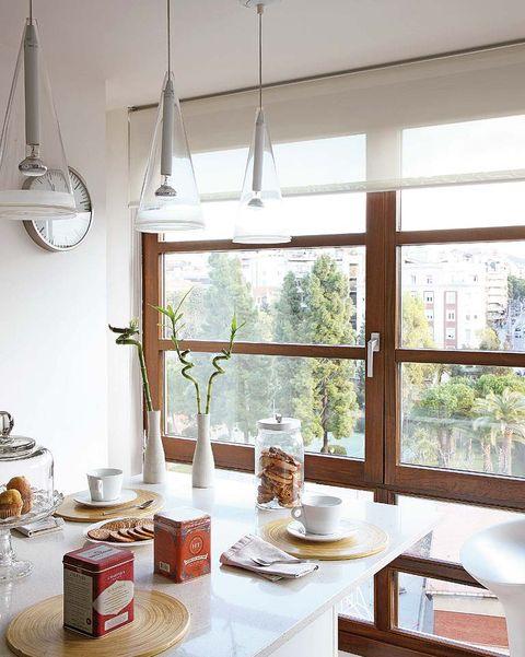 comedor con ventanas de perfil de madera